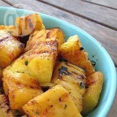 Een heel bijzonder en indrukwekkend recept. Heerlijk verfrissend in combinatie met vlees dat op de barbecue is gegrild. De gemarineerde ananas kan ook gebruikt worden om met kip- of varkensvlees spiesjes te maken.
