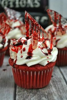 Bloody Halloween Cupcakes Ready for a dessert thats a real scream? These red velvet cupcakes are made with homemade icing and rock candy for the perfect Halloween treat! The post Bloody Halloween Cupcakes appeared first on Halloween Food. Halloween Desserts, Plat Halloween, Hallowen Food, Halloween Cupcakes Decoration, Halloween Torte, Pasteles Halloween, Halloween Cupcakes Easy, Halloween Party Treats, Halloween Baking