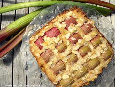 De geurige frangipane omarmt de rabarber in deze heerlijke plaatcake. Een zomers baksel geschikt voor elke gelegenheid! Frangipane maak je heel eenvoudig.