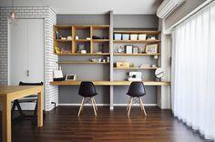 もともとの床が濃い色だったので、それを活かすように壁にはアクセントクロスや黒板塗装、磁器タイルなど多様な素材を取り入れ、質感の変化を演出。リビングには、パソコンデスクや将来のお子さんの勉強机としても使えるカウンターデスクを造作しました。棚の部分は左右でデザインを変え、見た目にも楽しいデザインです。オープンにしたキッチンはリビングから見えるため、収納の扉をタモ材で造作。洗面カウンターも扉のみ造作することで、設備はそのままに、温もりのある雰囲気をプラス。新しいマンションの良さを活かしながら、自分たちの好みの空間に生まれ変わらせることができました。 専門家:スタイル工房が手掛けたマンションリフォーム・リノベーション事例:ちょこっとリノベで理想のデザインと素材感を実現のページ。新築戸建、リフォーム、リノベーションの事例多数、SUVACO(スバコ) Workspace Design, Home Office Design, House Design, Studio House, Muji Home, Study Room Design, Desk In Living Room, Home Desk, Japanese Interior