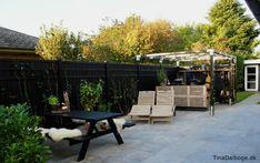 Terrasse med italienske fliser der ikke skal vedligeholdes fra Århus bad & fliser - hegn fra plus.dk - udekøkken bygget op af traller - se også havemøbler lavet af paller på blogger Tina Dalbøges nye terrasse