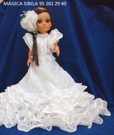 Nancy, su vestido de lunares blancos con flecos y flor blanca.