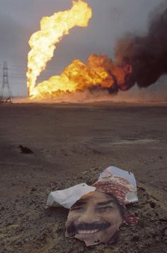 oil rig on fire Iraq war Kuwait National Day, Iraqi Army, World Conflicts, Saddam Hussein, Heart Of America, Iraq War, Military Pictures, War Photography, Oil Rig