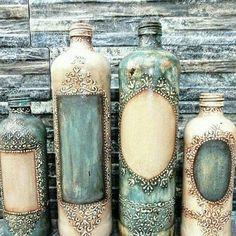 Discover thousands of images about Que luxo essas garrafas 😍 . Glass Bottle Crafts, Wine Bottle Art, Diy Bottle, Bottle Vase, Bottles And Jars, Glass Bottles, Beer Bottle, Altered Bottles, Antique Bottles
