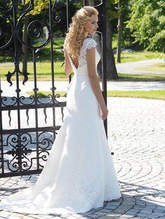 Binnenkort in onze collectie kanten trouwjurk nr 615.   www.julia-rosa.nl