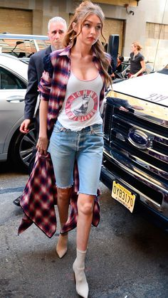 A complete street style file for model Gigi Hadid, from street style to red carpet, including the Grammys and model off-duty style. Gigi Hadid Body, Style Gigi Hadid, Bella Hadid Outfits, Bella Gigi Hadid, Gigi Hadid Jeans, Gigi Hadid Casual, Gigi Hadid Looks, Look Fashion, Daily Fashion