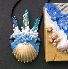 Originální přívěšek vyrobený z mušle a krystalků za pomoci modelovací hmoty Apoxie Sculpt, který vyrobila paní Margaréta Neverišová. Nazvala ho Esencia oceánu. Crown, Jewelry, Corona, Jewlery, Jewerly, Schmuck, Jewels, Jewelery, Crowns