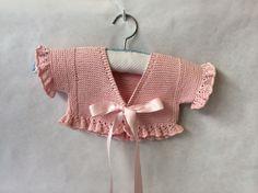 V-neck short baby jacket with ruffle ~~ Derecho y revés (Lañas) Chaqueta bebe Baby Knitting Patterns, Knitting For Kids, Crochet For Kids, Knitting Projects, Crochet Projects, Hand Knitting, Knit Crochet, Crochet Patterns, Baby Vest