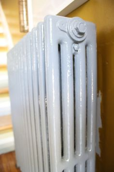 How To Paint Behind A Radiator So glad I found this tip on painting behind a radiator!So glad I found this tip on painting behind a radiator! Home Improvement, House Redesign, Home Repair, Home Radiators, Iron Wall, How To Clean Iron, Home Diy, Room Paint, Home Maintenance
