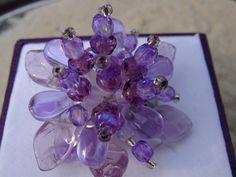 Traumhaft schöner großer und trotzdem zierlicher wirkender Ring mit Blüte in lila:   Transparenter Farbenrausch in zartem Lila/flieder/violett.   E...