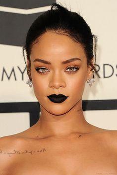 Rihanna usa batom preto e arrasa em premiação