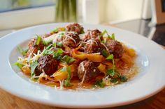 Pasta med kjøttboller i tomatsaus. Parmesan, Spaghetti, Pasta, Beef, Ethnic Recipes, Food, Meat, Essen, Meals
