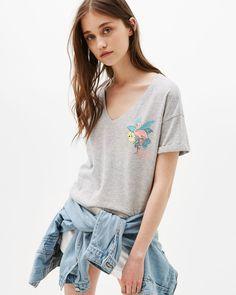 Cropped-Shirt mit Print Cheers/Flamingo. Entdecken Sie diese und viele andere Kleidungsstücke in Bershka unter neue Produkte jede Woche