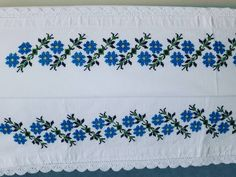 Değerlendirmelik kanavice yastık ortusu Boy 110 en 95 cm #kanaviçe #ceyiz#elisigoznuru Cross Stitch Borders, Diy And Crafts, Projects To Try, Icons, Quilts, Crochet, Embroidered Towels, Notebooks, Cross Stitch Embroidery
