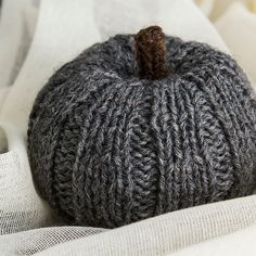 Squeezy pumpkin Knitting Stiches, Knitting Yarn, Knitting Patterns, Crochet Patterns, Tile Patterns, Knitting Ideas, Knit Or Crochet, Crochet For Kids, Easy Crochet