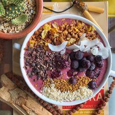 #REPOST @lucasbernardin    ・・・  Bowl vermelho resiliente ❤ #vegan #raw #healthy  Receita: leite de amêndoa caseiro + 2 bananas congeladas + 10 amoras + 10 framboesas + 10 blueberry + floco de amaranto e quinoa , bate tudo isso .... por cima tem lascas de coco + pólen + cacao nibs + granola + blueberry / isso dá para duas ou três pessoas ! Granola, Quinoa, Acai Bowl, Vegan, Breakfast, Blackberries, Raspberries, Frozen Banana, Top Recipes