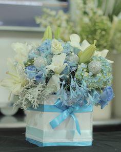 Has de tus celebraciones de Invierno una fiesta especial. Arreglo floral en colores azul y blanco. #Hanukkah #Fiestadelasluces