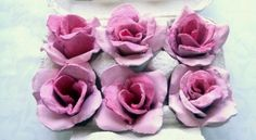 Quem busca uma peça delicada e bem diferente pode fazer rosas de caixa de ovo pintadas, que posteriormente podem ser fixadas em molduras, em caules e posi