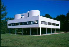Le Corbusier: assembly at Villa Savoye Architecture Bauhaus, Le Corbusier Architecture, Chinese Architecture, Modern Architecture House, Futuristic Architecture, Sustainable Architecture, Architecture Design, Modern Houses, Pavilion Architecture