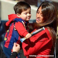 Thiago Messi : Mais uma foto de Titi no Camp Nou no último domingo, desta vez com uma carinha mais feliz rs. Uma hora eu vou parar de postar essas fotos, só não sei quando, porque estou completamente apaixonada por elas, e são tantas que eu passo horas só pra decidir qual postar rs.  Bjs | thiagomessi