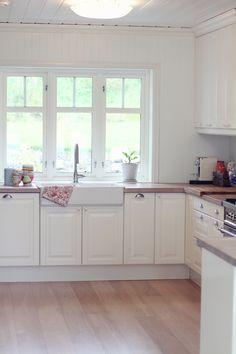 jordbærpiken - beautiful white kitchen in Norway Kitchen Inspirations, White Wood Kitchens, Farm Kitchen, White Kitchen, Cool Kitchens, Wood Kitchen, Home Kitchens, Kitchen Layout, Kitchen Style