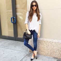 Como vocês podem ver ando de olho em sapatos, até porque já estou no final da gravidez e tenho que usar produções mais básicas (que ainda me servem), então os sapatos é que chamam a atenção. Para hoje separei fotos de looks de street style com o sapato bicolor da Chanel. O modelo é super …