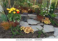 Hermoso rincón realizado con piedras y flores. Me gusta para ponerlo en mi jardín.