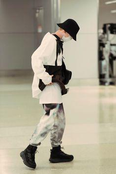 Baekhyun [HQ] 191008 Los Angeles Airport, Departing for Incheon Baekhyun, Exo, Airport Look, Airport Style, Airport Fashion, Kim Jong Dae, Hand Embroidery Art, Incheon, Chanbaek