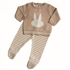 Pelele de punto de 2 piezas conejo beige Práctico y monísimo pelele de punto de 2 piezas. La polaina es de rayas blancas y beige y el jersey lleva un conejito blanco. ¡Para que tu bebé no pase frío este invierno! 26,00 €