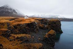 Arnarstapi, Islandia. El silencio te inundará en esta increíble casa en medio de Arnarstapi, una zona muy remota.