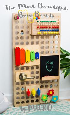 Unique busy boards that you create yourself. Diy Sensory Board, Sensory Wall, Baby Sensory, Diy Busy Board, Busy Board Baby, Infant Activities, Activities For Kids, Education And Development, Child Development