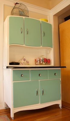 Vintage 1920s hoosier cabinet. Love this! From treasureseeking.com.