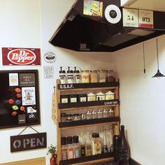 キッチンのデッドスペースを活用できる、スパイス棚のDIY。ゴチャつきがちな調味料類をサイズ別に収納することで、より整頓された印象に。ブラックの板は換気扇と同系色の色なので、よく馴染んでいます。top