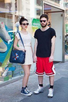 Cerniera laterale per la reinterpretazione delle classiche Converse All Star, Converse anche la tracolla Pro Logos Boston. Per lui, basket apparel adidas dalla testa ai piedi.