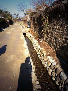 Jungrim HAN @h_yang_ / 아침 먹고 창평 삼지내마을(마을 골목골목 세 지류의 물이 흐른다하여) 산책. 훍돌담에 기와를 얹은 돌담길. / #골목 #담벼락 #길 / 전라남 담양 창평 창평 / 2013 12 22 /
