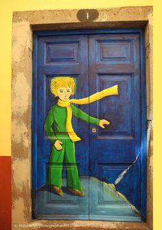 Hermosas puertas en diferentes países. Esta es en Portugal, y ese es uno de mis personajes favoritos