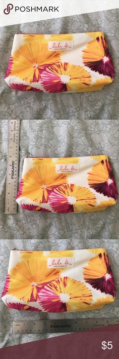 Clinique make up pouch good condition. Perfect to put make up or other things Clinique Bags