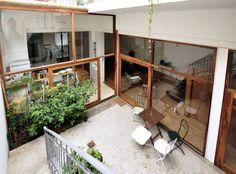 En el patio interno se alternan espacios de tierra para plantas con otros para macetas