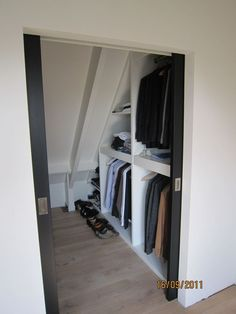 Walk in closet voor op zolder. - Neue Deko-Ideen - New Ideas Attic Organization, Attic Storage, Closet Storage, Bedroom Storage, Storage Spaces, Home Design, Attic Design, Design Ideas, Attic Renovation