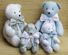 Ursinho de tecido com perninhas e bracinhos articulados. <br>Confeccionado em tecido 100% algodão e enchimento de fibra silicona. <br>Uma ótima opção para presentear ou para decorar quarto infantil. <br> <br>PREÇO UNITÁRIO TAMANHO G <br> <br>Urso com laço P: - 20cm sentado 26 de pé <br>Urso com laço M:- 26cm sentado 33 de pé <br>Urso com laço G:- 31cm sentado 43 de pé <br> <br> <br> O prazo da entrega depende dos pedidos agendados anteriormente.