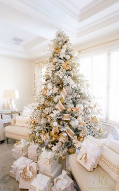 pretty white gold Christmas tree  #christmasdecorideas #christmasdecorations #christmasdecorationideas #beautifulchristmasdecorations #holidaydecorideas #holidaydecoratingideas #holidaydecorations #holidaydecor  #elegantchristmas #glamchristmasdecor #whitechristmasdecor