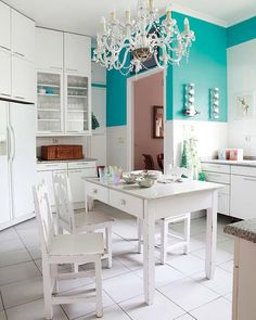 toque azul-mar  Cozinha ganha vida graças a dois detalhes