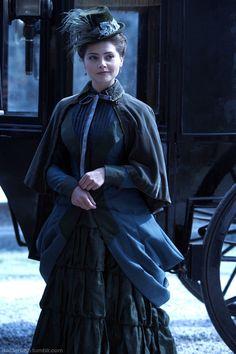 [...] Il déboula devant Sophie, elle était splendide dans sa robe d'étoffe bleu profond, ses longs cheveux noirs sortaient de son chapeau pour retomber dans son dos. Sur ses épaules, un mantelet noir la protégeait du froid et lui donnait une allure incroyable.[...]Jenna-Louise Coleman est Clara, dans Doctor Who.Christmas Special: The Snowmen de 2012. J'ai imaginé la tenue de Sophie en 2009 et Clara correspond exactement à ce que j'avais en tête, elle est Sophie.