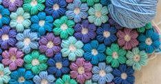 Flor de crochê muito fofa para fazer colchas, mantas etc    Faça um anel mágico e dentro dele faça 6 pontos baixos e feche em circulo...