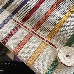Isa's craft design to rummage: hand-woven ribbons - inkle plain weaving Card Weaving, Weaving Yarn, Tablet Weaving, Tapestry Weaving, Inkle Weaving Patterns, Loom Knitting, Knitting Patterns, Inkle Loom, Weaving Projects