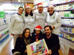 María de cuatro añitos la ganadora el sorteo del I Concurso Navideño Infantil de Dibujo!!!! Recogiendo su premio!! Enhorabuena princesa!!!