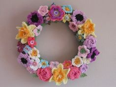 The Summerhouse by the sea: Wintertime Wreath : Roses Crochet Wreath, Crochet Crafts, Crochet Flowers, Crochet Projects, Knitting Patterns Free, Crochet Patterns, Crochet Dreamcatcher, Simply Crochet, Crochet Decoration
