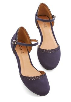 Cute Across Campus Flat. Whether you're headed to the quad or the classroom, you're flaunting these fab navy flats! They look fancy, but aren't heels. Plus they look comfy! Crazy Shoes, Me Too Shoes, Women's Shoes, Shoe Boots, Shoe Bag, Blue Dress Shoes, Flat Shoes Outfit, Lace Shoes, Dress Flats