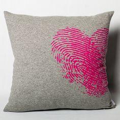 """Le coussin «Coeur Digital» de la marque À Plate Couture, ajoutera une touche tantôt romantique, tantôt enflammée à votre déco. Tissu différent et tellement doux !  Idéal pour les chambres d'ados.  - Imaginé et fabriqué au Québec. - 18 """" x 18 """""""
