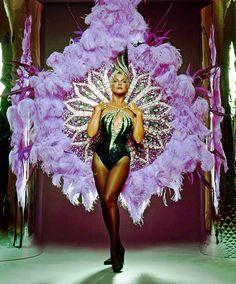 Ann Margret in Bob Mackie Showgirl Costume, Vegas Showgirl, Burlesque Costumes, Dance Costumes, Carnival Outfits, Carnival Costumes, Cabaret, Arte Plumaria, Ann Margret
